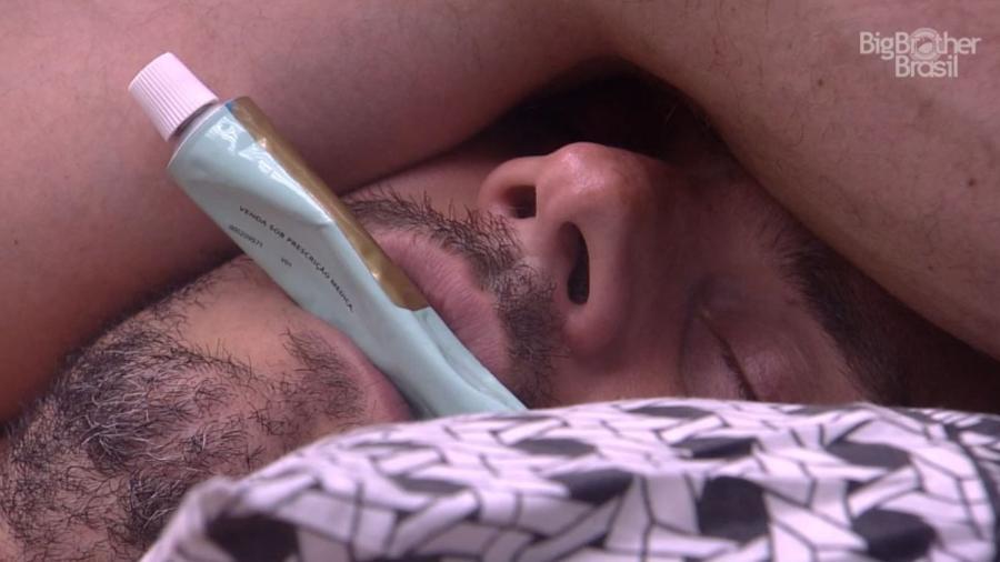 Marcos dorme e ronca com tubo de pomada na boca - Reprodução/TV Globo