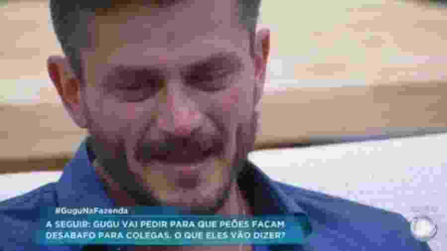 Marcos chora ao ler carta de mãe durante visita de Gugu Liberato - Reprodução/R7