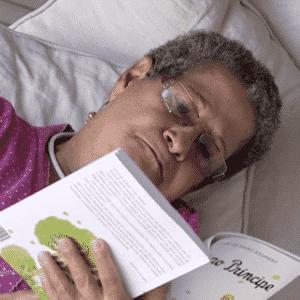 """27.jan.2016 - Pela manhã, Geralda lê """"O Pequeno Príncipe"""" no """"BBB16"""" - Reprodução/TV Globo"""