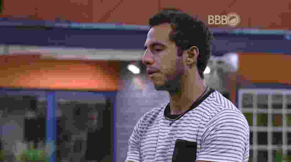 """18.mar.2016 - Matheus tenta convencer Ronan a trocar figurinhas com ele: """"Você está fazendo jogo comigo. E sabe que um precisa do outro"""" - Reprodução/TV Globo"""