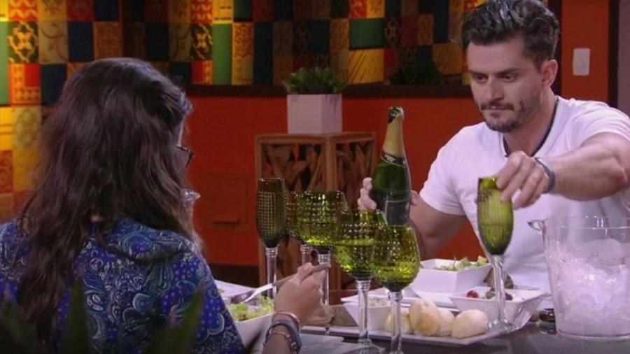 Marcos serve champanhe a Emilly em almoço do anjo - Reprodução/TVGlobo