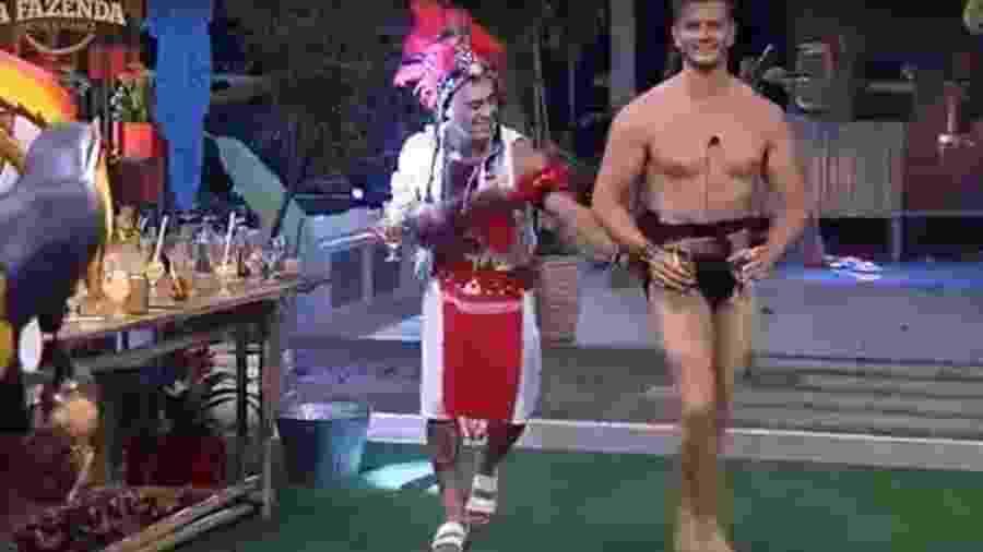 Marcos surge na festa só de cueca - Reprodução/R7