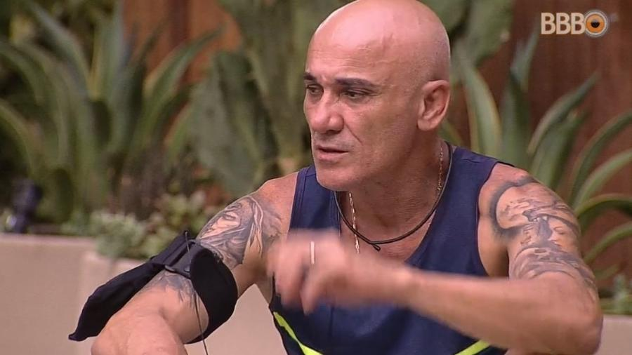 Ayrton critica demora de Jorge no banho - Reprodução/Globoplay