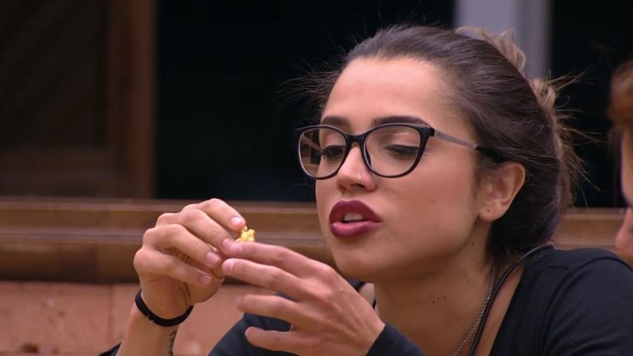 """Paula conversa com sister na cozinha do """"BBB18"""" - Reprodução/GloboPlay"""