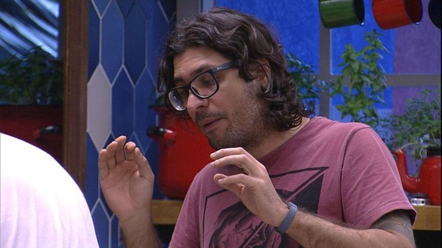 Ilmar conversa com Marcos momentos antes de quebra-pau com Emilly - Reprodução/TVGlobo