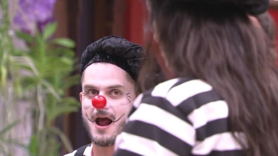 Marcos e Emilly se fantasiam de mímicos para castigo do monstro - Reprodução/TVGlobo
