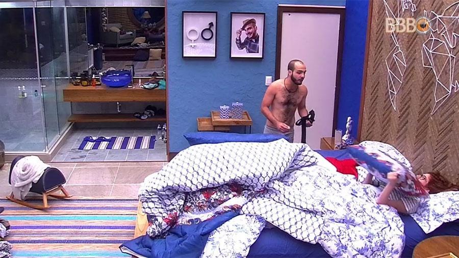 """Ana Clara conversa com Mahmoud no quarto do líder do """"BBB18"""" - Reprodução/GloboPlay"""