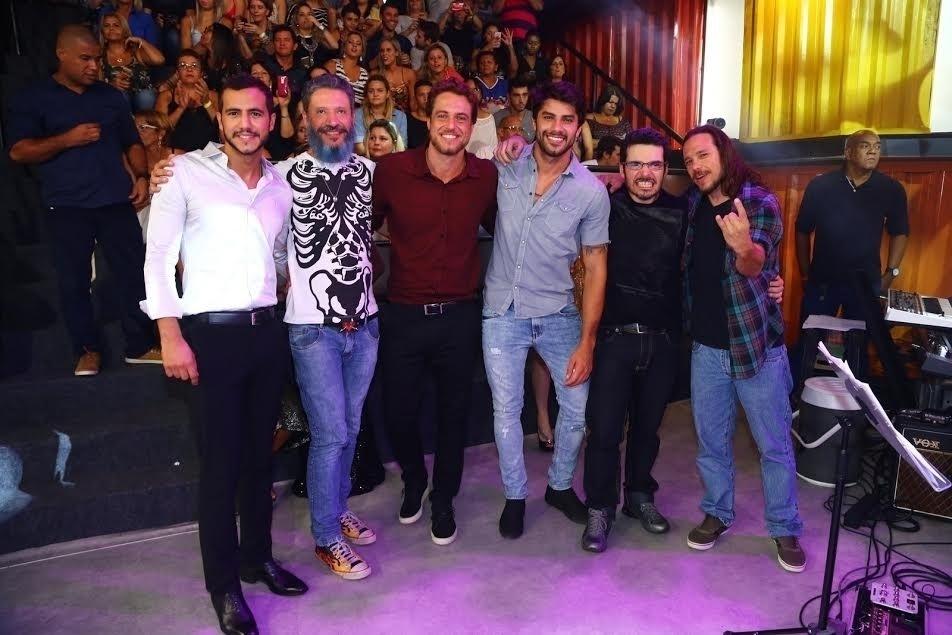 5.abr.2016 - Matheus, Laércio, Daniel, Renan, Alan e Tamiel se reúnem fora do