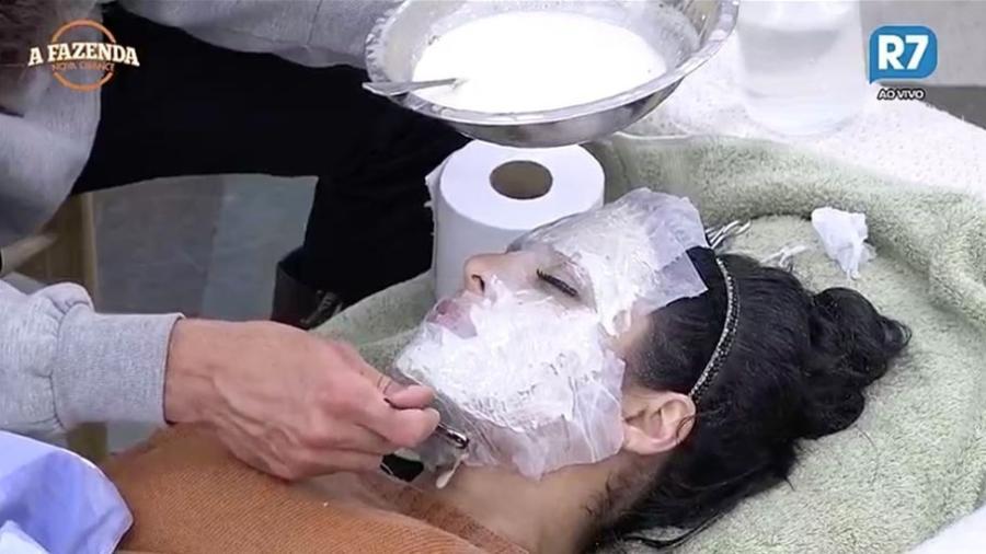 Marcos tenta fazer molde do rosto de Monique Amin  - Reprodução/R7