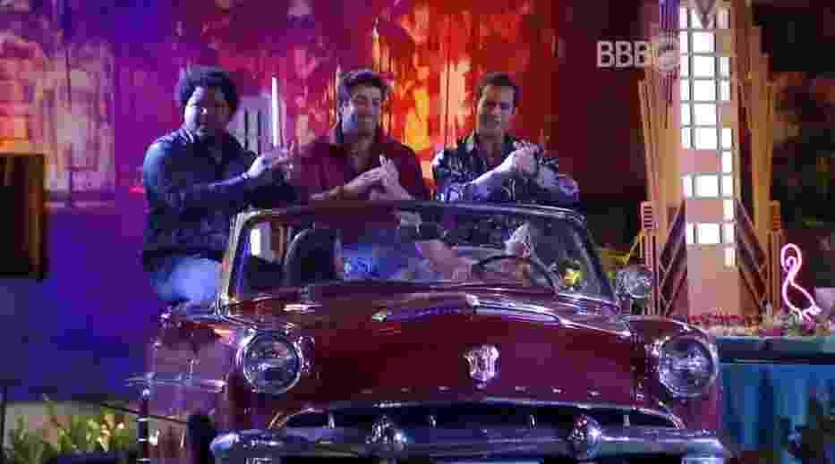 11.mar.2016 - Cacau e Pequi se divertiram com Ronan, Matheus e Renan em um carro antigo que decorava a festa - Reprodução/TV Globo
