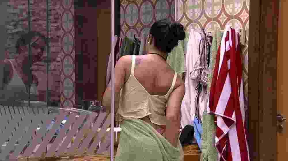 Mayara troca de roupa em frente ao espelho do quarto do líder - Reprodução/TV Globo