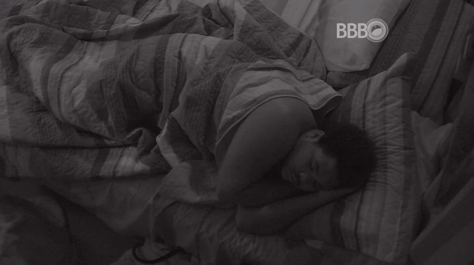 29.mar.2016 - Depois da sessão de cinema, brothers dormem no