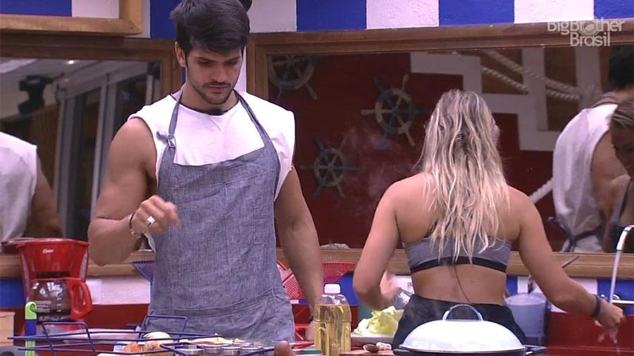 """Lucas brinca com brothers e diz que vai ficar pelado na casa do """"BBB18"""" - Reprodução/GloboPlay"""