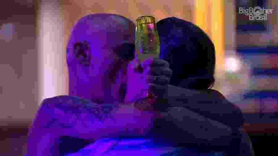 Ayrton e Eva se beijam em comemoração na área externa - Reprodução/GloboPlay