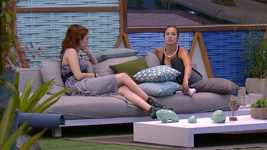 """Ana Clara e Jéssica conversam sobre o jogo na área externa da casa do """"BBB18"""" - Reprodução/GloboPlay"""