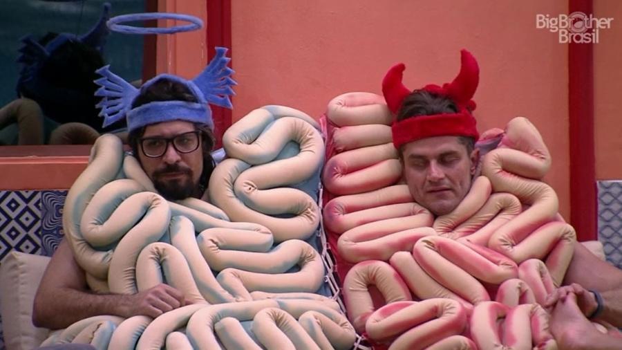 Marcos e Ilmar vão colocar descolorante no xampu dos colegas sem aviso - Reprodução/TV Globo