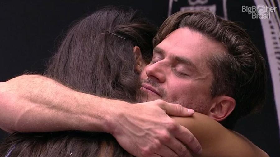 Marcos abraça Emilly após ser indicado ao paredão - Reprodução/TV Globo