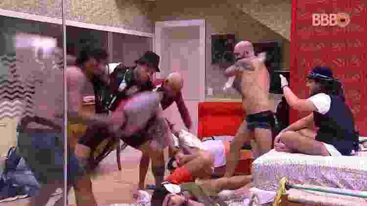Brothers fazem guerra de almofadas - Reprodução/GlobosatPlay - Reprodução/GlobosatPlay