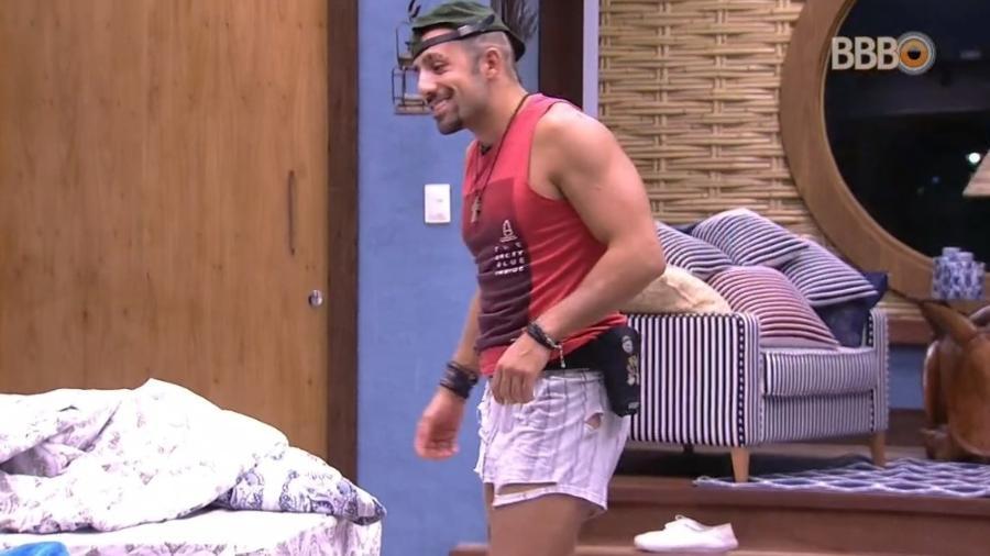 Kaysar desfila pela casa com cueca rasgada - Reprodução/Globoplay