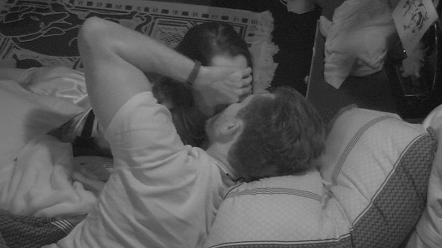 Marcos rouba mais um beijo de Emilly - Reprodução/Gshow