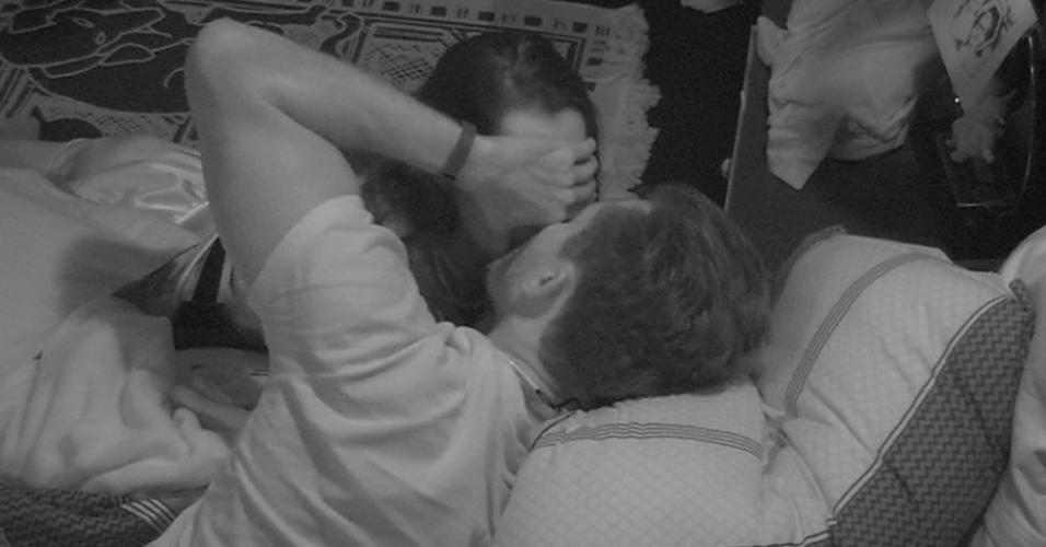Marcos rouba mais um beijo de Emilly