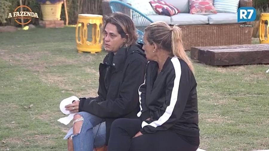 """Aritana e Rita Cadillac conversam na área externa de """"A Fazenda 9"""" - Reprodução/R7"""