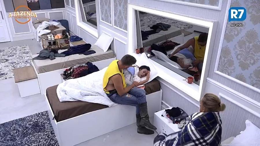 """Marcos Harter consola Monique Amin enquanto chorava no quarto de """"A Fazenda"""" - Reprodução/R7"""