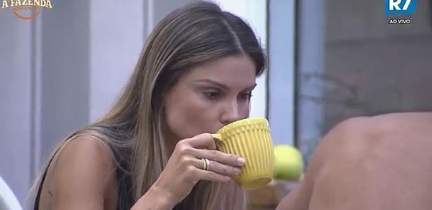 Flávia comenta com Matheus que não desligou o gás