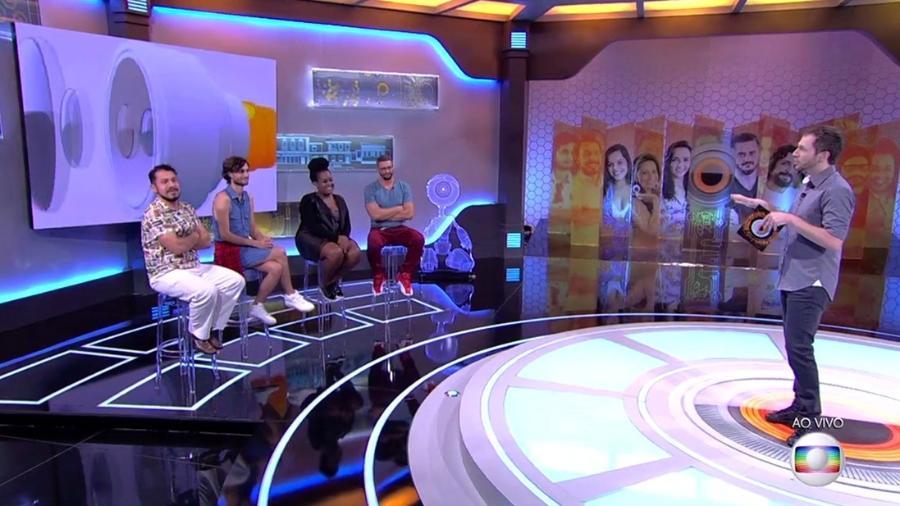Tiago Leifert apresenta o jogo da discórdia com os ex-participantes Rômulo, Pedro, Roberta e Daniel - Reprodução/Tv Globo