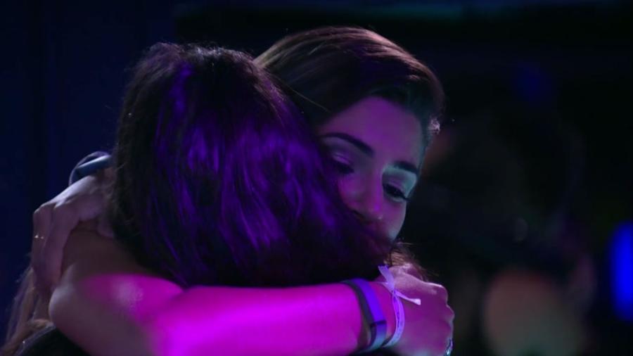 Vivian e Emilly se abraçam durante festa Emoções - Reprodução/TV Globo
