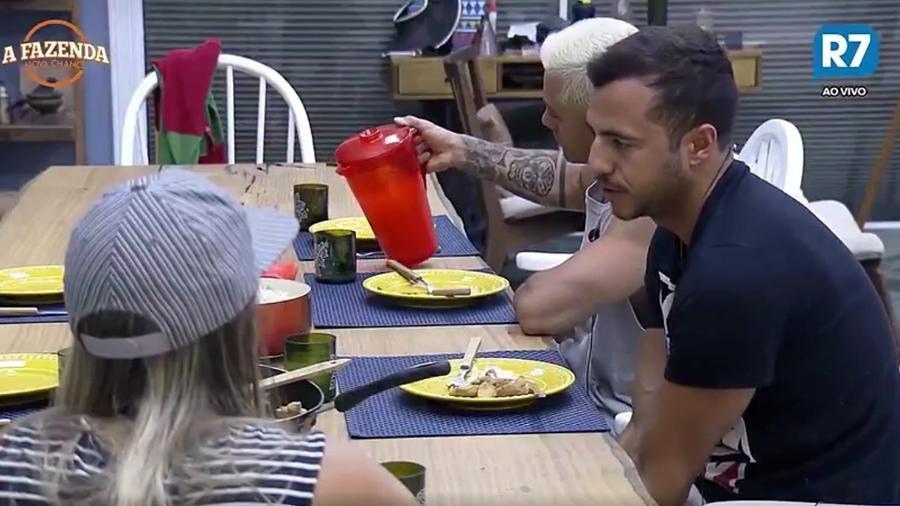 Matheus e Flávia conversam durante o almoço - Reprodução/R7