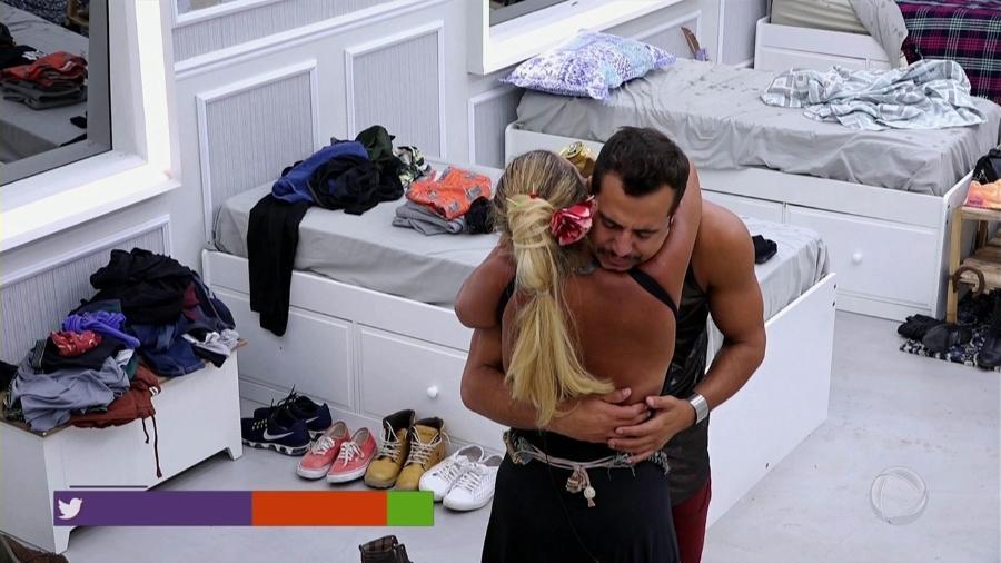 Matheus perde o controle durante festa e abraça Rita Cadillac - Reprodução/Record