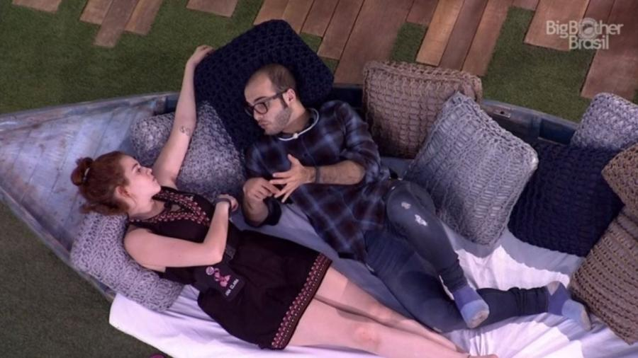 Mahmoud consola Ana Clara na área externa - Reprodução/GloboPlay