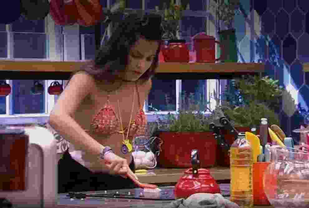 Emilly dá um trato no fogão da casa - Reprodução/TV Globo