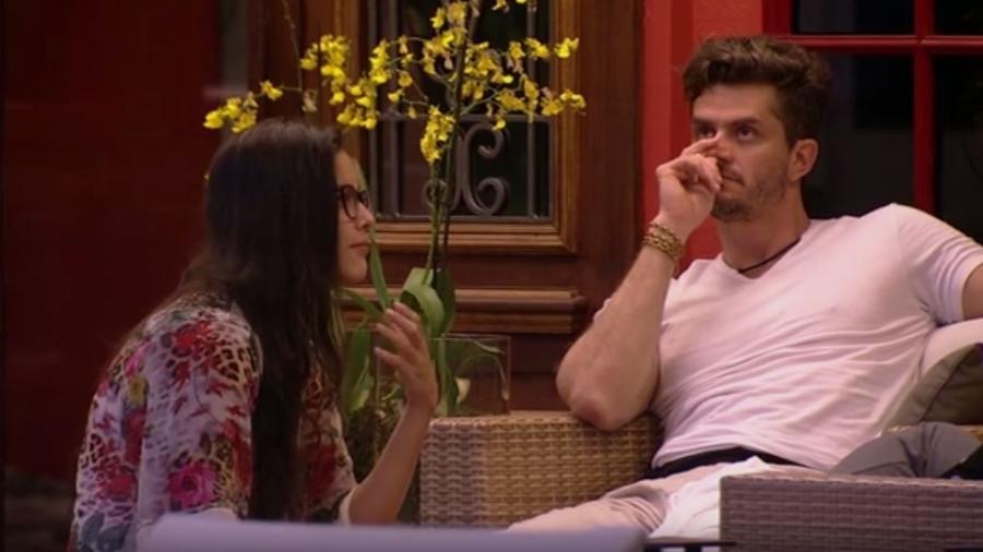 Marcos e Emilly na varanda - Reprodução/TV Globo