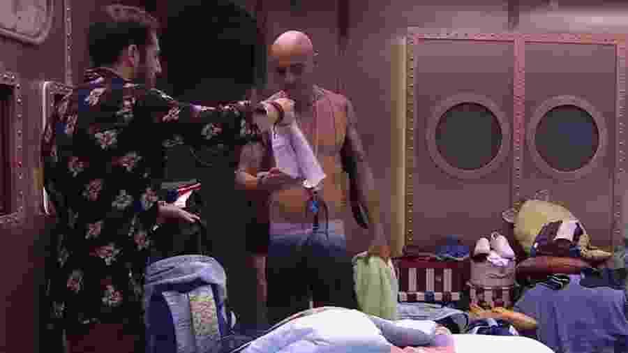Kaysar empresta cueca para Ayrton - Reprodução/GloboPlay