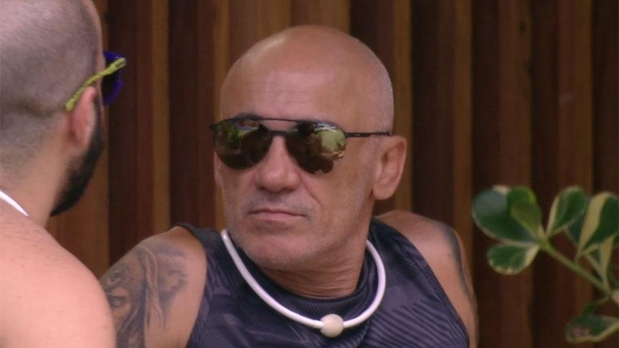 """Mahmou e Ayrton conversam na área externa da casa do """"BBB18"""" - Reprodução/GloboPlay"""