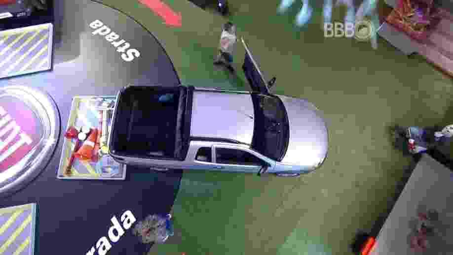 25.fev.2016 - Adélia e dona Geralda são a primeira dupla desclassificada. A professora aposentada subiu na caçamba do carro para descarregar e não conseguiu entrar no automóvel a tempo - Reprodução/TV Globo