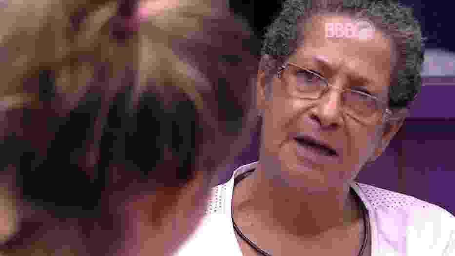"""24.mar.2016 - Cacau diz que Adélia a alertou sobre Geralda em festa e é interrompida pela professora aposentada: """"A Adélia era a maior futriqueira nessa casa. Não tinha confiança suficiente para falar com ela sobre você"""" - Reprodução/TV Globo"""