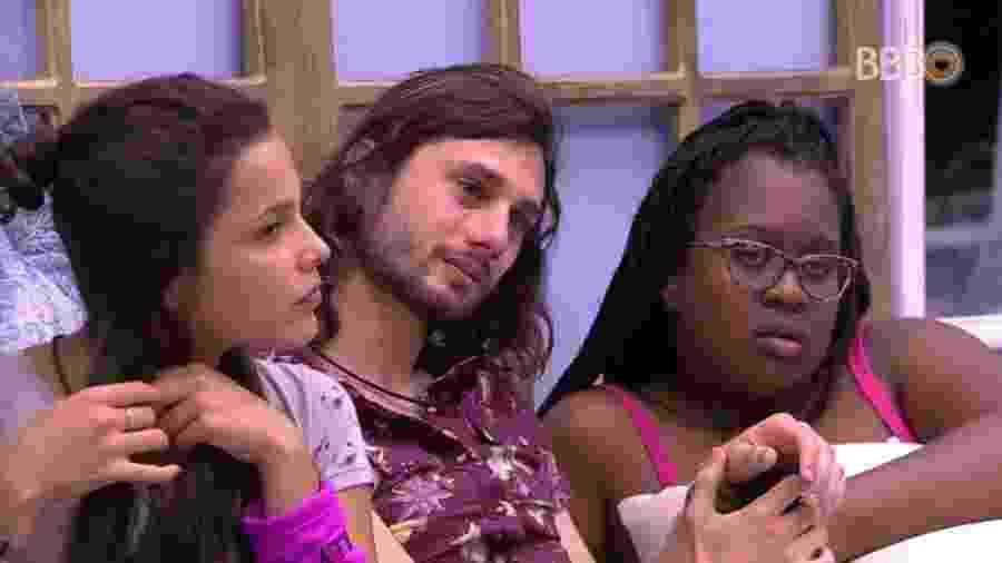 26.jan.17 - Pedro se emociona com as histórias contadas por Emilly - Reprodução/TV Globo
