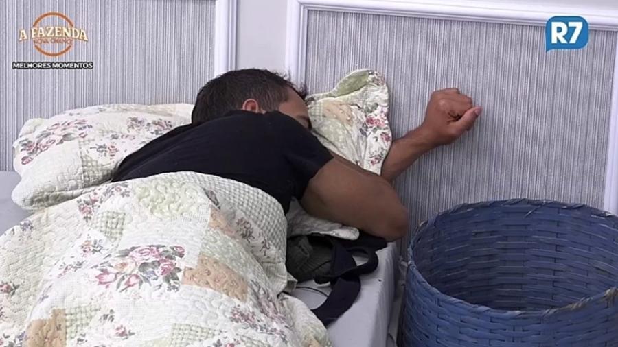 """Matheus Lisboa dorme no quarto em """"A Fazenda 9"""" - Reprodução/R7"""