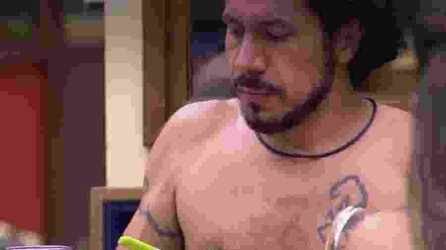 Rômulo almoça com brothers na cozinha - Reprodução/TV Globo