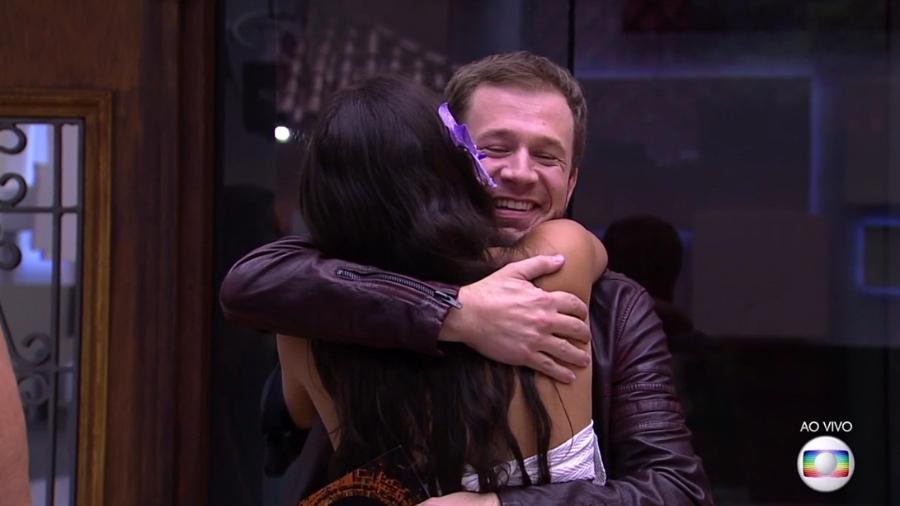 """Leifert abraça a sister Emilly dentro da casa do """"BBB17"""" - Reprodução/TV Globo"""