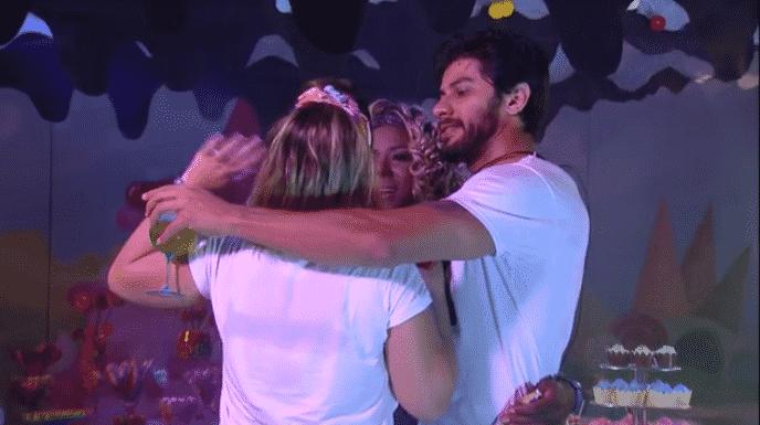 """3.mar.2016 - Durante a festa Candy, Cacau se declarou para Adélia e Renan: """"Estou muito feliz de ter vocês aqui comigo. Acho que essa é a melhor hora, é a melhor parte da minha vida. Eu não sei se é a de vocês, mas para mim é. - Reprodução/TV Globo"""