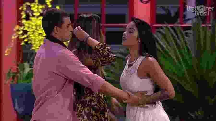 Mayara vai pra cima de Emilly e é contida por Manoel - Reprodução/TV Globo