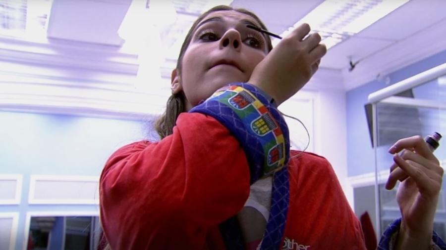 Vivian se maquia enquanto houve queixas de Manoel - Reprodução/TVGlobo