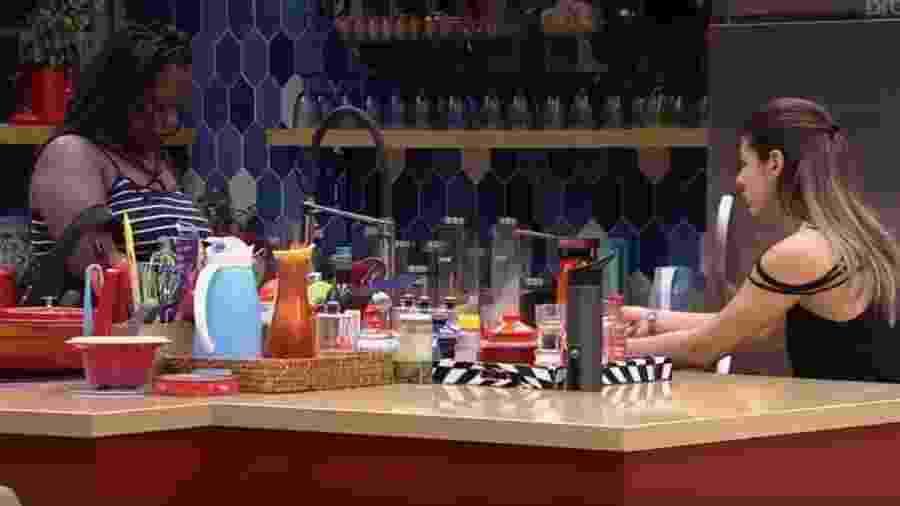 Roberta e Vivian conversam sobre jogo - Reprodução/TV Globo