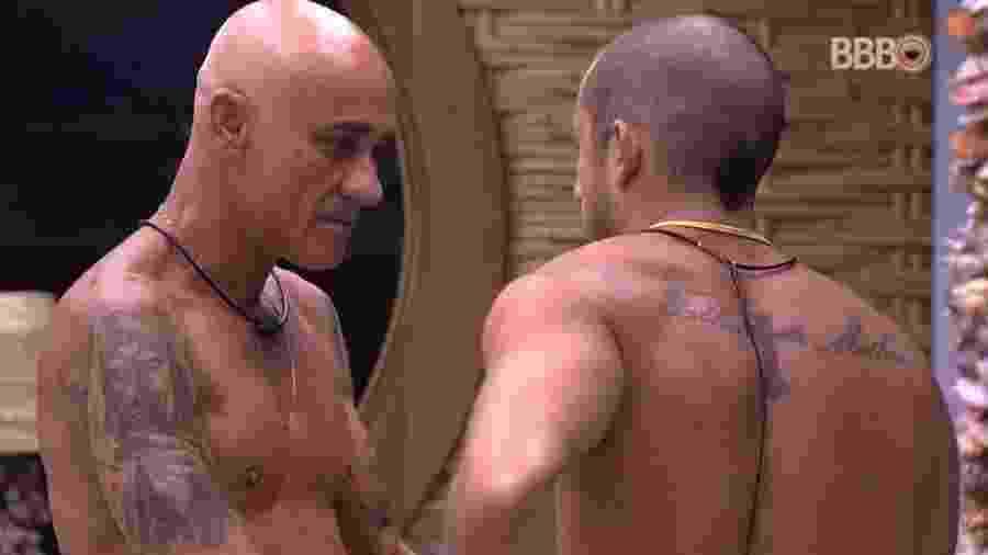 Ayrton e Kaysar conversam no quarto do líder - Reprodução/Globoplay