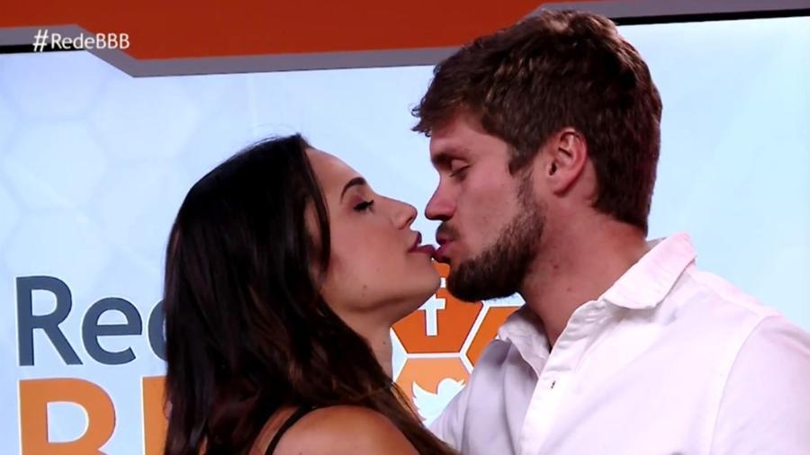 """Paula e Breno se beijam após entrevista na """"RedeBBB"""" - Reprodução/Gshow"""