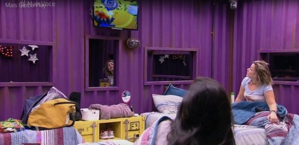"""Munik e Cacau assistem à vinheta no último dia na casa do """"BBB16"""" - Reprodução/TV Globo"""